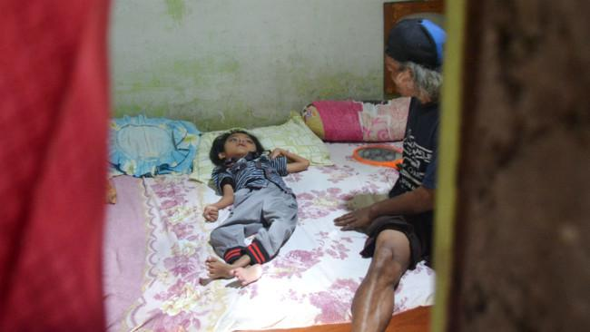 Dian hanya tergeletak lemah di kamarnya, lantaran lumpuh sejak umur 2 tahun. (Liputan6.com/Muhamad Ridlo)