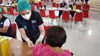 Proses vaksinasi yang dilakukan Tim Vaksinasi Covid-19 Sulut di kampus Unsrat Manado, Jumat (5/3/2021).
