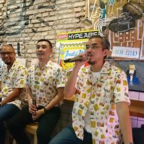 Direktur PT Indofood CBP Sukses Makmur, Axton Salim (tengah), co founder The Good's Dept Leo Theosabrata, dan VP Marketing Tokopedia Andi Djuwarsa  hadir dalam peluncuran rangkaian koleksi fashion item Indomie. (Liputan6.com/Dinny Mutiah)