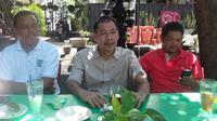 Panitia penyelenggara menjelaskan tentang Kejuaraan Pelajar Asia 2017 di Solo, Jawa Tengah, 19-28 Agustus 2017. (Bola.com/Ronald Seger)
