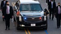 Mobil Presiden Amerika Serikat (AS), Joe Biden dalam pengawalan melintas di 15th street menuju Gedung Putih di Washington, Rabu (20/1/2020). Joe Biden menggunakan mobil dinas Cadillac One. (Jose Luis Magana/POOL/AFP)