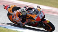 Pebalap Repsol Honda, Dani Pedrosa, menjadi yang tercepat dalam free practice pertama, di MotoGP seri Argentina. (Juan MABROMATA / AFP)