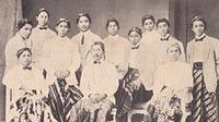 Soekarno bersama mahasiswa pribumi TH Bandung tahun 1923. Baris belakang dari kiri ke kanan: M. Anwari, Soetedjo, Soetojo, Soekarno, R. Soemani, Soetono/Soetoto(?), R. M. Koesoemaningrat, Djokoasmo, Marsito. Duduk di depan: Soetono/Soetoto(?), M. Hoedioro