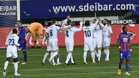 Luka Modric dari Real Madrid mencetak gol dalam pertandingan sepak bola La Liga Spanyol antara Eibar dan Real Madrid, di stadion Ipurua, di Eibar, Spanyol utara, Minggu, 20 Desember 2020. (Foto AP / Alvaro Barrientos )