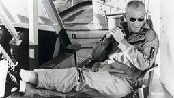John Glenn bergabung di NASA tahun 1958 dan berhasil menyabet titel sebagai warga AS pertama yang mengorbit Bumi tiga kali selama di dalam penerbangan durasi empat jam, 55 menit, dan 23 detik pada 1962 dalam misi Friendship 7. (Courtesy NASA/ REUTERS )