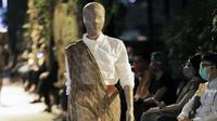 Lakon Indonesia memamerkan koleksi Pakaiankoe dalam fashion show bertajuk A Journey to Java yang mengembalikan outfit etnik dalam keseharian