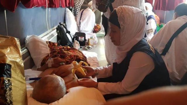 Petugas haji melayani jemaah Indonesia yang sakit saat safari wukuf
