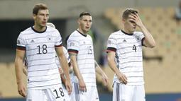 Pemain Jerman, Leon Goretzka, Niklas Suele dan Matthias Ginter, tampak lesu usai ditaklukkan Spanyol pada laga UEFA Nations League di Estadio Olimpico de Sevilla, Rabu (18/11/2020). Spanyol menang dengan skor 6-0. (AP/Miguel Morenatti)