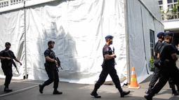 Sejumlah anggota kepolisian membawa senjata lengkap saat mengamankan Kantor Komisi Pemilihan Umum (KPU), Jakarta, Kamis (18/4). Hal tersebut dilakukan untuk mengantisipasi ancaman keamanan usai Pemilu 2019. (Liputan6.com/Faizal Fanani)