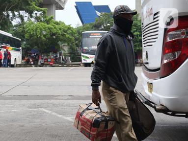 Calon pemudik saat berada di area Terminal Kampung Rambutan Jakarta, Senin (30/3/2020). Pemerintah sedang menyiapkan peraturan terkait mudik lebaran 2020 untuk mengurangi mobilitas penduduk dalam upaya pencegahan penyebaran virus Corona COVID-19. (Liputan6.com/Helmi Fithriansyah)