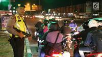 Polisi bersenjata berjaga di pos pelayanan terpadu Operasi Ketupat Lodaya 2019, Jalan Raya Pantura, Cirebon, Jawa Barat, Sabtu (1/6/2019). Polisi mengerahkan sekitar 182.000 personel selama Operasi Ketupat Tahun 2019 dalam rangka pengamanan Hari Raya Idul Fitri. (Liputan6.com/Herman Zakharia)