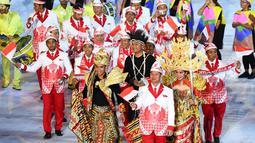 Kontingen atlet Indonesia saat mengikuti parade upacara pembukaan Olimpiade 2016 di Stadion Maracana, Rio de Janeiro, Brasil (5/8).Kostum yang digunakan para kontingen merupakan paduan jas dan batik. (FRANCK FIFE / AFP)
