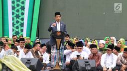 Presiden Joko Widodo atau Jokowi memberi sambutan dalam Harlah ke-73 Muslimat NU di SUGBK, Jakarta, Minggu (27/1). Jokowi menginginkan, peringatan Harlah Muslimat NU ini jadi momentum untuk menggaungkan Islam moderat. (Liputan6.com/Johan Tallo)