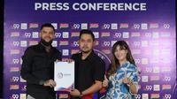 Diego Michiels menandatangani kontrak didampingi Presiden Arema FC, Gilang Widya Pramana dan istrinya, Shandy Purnamasari. (Bola.com/Iwan Setiawan)
