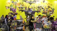 Pengunjung sedang memilih kolektor mainan Lego di pameran The 13th Toys & Comics Fair 2017 di Balai Kartini, Jakarta, Sabtu (11/2). Pameran besar mainan dan komik ini hanya menjual mainan dan merchandise mayoritas orisinil. (Liputan6.com/Fery Pradolo)