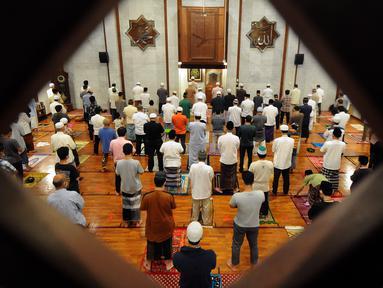 Umat muslim melaksanakan salat tarawih pertama 1 Ramadan 1442 H di Masjid Raya Cinere, Depok, Jawa Barat, Senin (12/4/2021). Hari ini, umat muslim melaksanakan ibadah salat tarawih pertama untuk selanjutnya menjalankan ibadah puasa satu bulan ke depan. (merdeka.com/Arie Basuki)