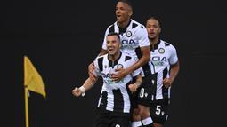 Pemain Udinese merayakan gol yang dicetak Ilija Nestorovski ke gawang Juventus pada laga lanjutan Serie A di Dacia Arena, Jumat (24/7/2020) dini hari WIB. Udinese menang 2-1 atas Juventus. (AFP/Marco Bertorello)