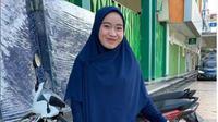 Viral Wanita Perkasa Bekerja 12 Jam, Panggul Kasur Hingga Kulkas Tepi Tetap Ceria. (dok.Instagram @asrindabasri/https://www.instagram.com/p/CEbdwaIAXiC/Henry)