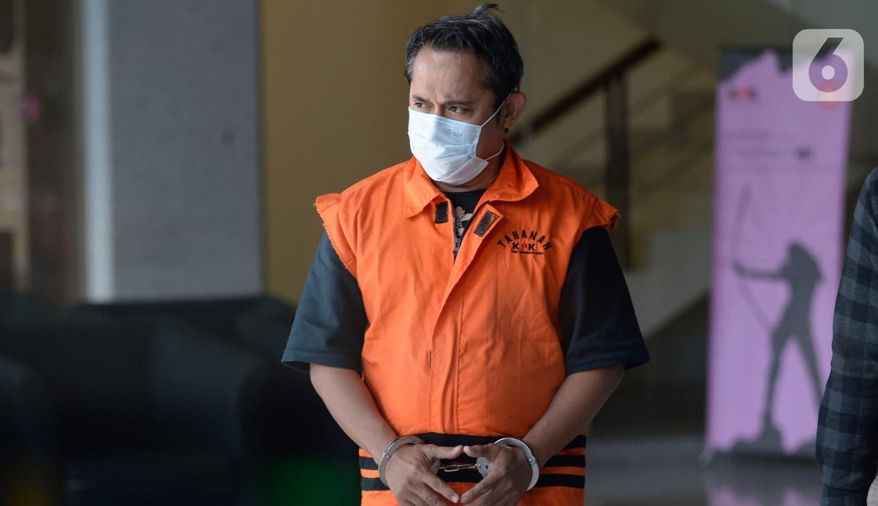 Direktur Utama PT Glori Karsa Abadi, Rahadian Azhar berjalan usai menjalani pemeriksaan pertama pasca penahanan di Gedung KPK, Jakarta, Jumat (8/5/2020). Rahadian Azhar diperiksa sebagai tersangka terkait dalam kasus suap pemberian fasilitas di Lapas Sukamiskin, Bandung. (merdeka.com/Dwi Narwoko)