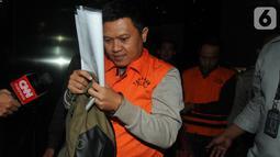 Chandra Safari dan Hendra Wijaya, pihak swasta penyuap Bupati Lampung Utara, mengenakan rompi oranye usai menjalani pemeriksaan di Gedung KPK, Jakarta, Selasa (8/10/2019). Selain Bupati Lampung Utara, lima orang lain juga turut ditetapkan sebagai tersangka. (merdeka.com/Dwi Narwoko)