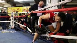 PM Kanada, Justin Trudeau masuk ke arena ring tinju saat akan bermain tinju dengan petinju profesional Yuri Foreman di Gleason Boxing Gym di Brooklyn borough New York, AS (21/4). (REUTERS/Carlo Allegri)