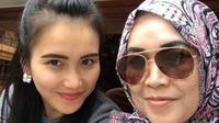 Ayu Ting Ting selalu didoakan oleh ibundanya, Umi Kalsum, dalam berbagai aktivitas (Instagram/@mom_ayting92)