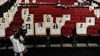 Kameramen mengambil gambar tempat duduk disertai foto para selebriti dan tamu untuk perhelatan akbar Emmy Awards 2018 di Teater Microsoft, Los Angeles, Kamis (13/9). Emmy Awards ke-70 akan digelar 17 September mendatang. (Chris Pizzello/Invision/AP)