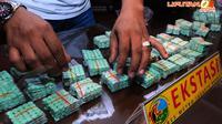 Beberapa barang bukti diperlihatkan polisi saat merilis hasil tangkapan di Mapolres Jakarta Barat, Senin (21/4/2014). (Liputan6.com/Andrian M Tunay)