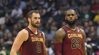 Bintang Cleveland Cavaliers, LeBron James (kanan), mencetak 24 poin untuk mengantar timnya mengalahkan tuan rumah Milwaukee Bucks 116-97, Sabtu (21/10/2017) WIB. (NBA)