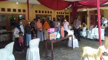 Pemdes Serayu Larangan, Kecamatan Mrebet, Kabupaten Purbalingga menghadiahi kambing dan menjemput peserta vaksinasi Covid-19. (Foto: Liputan6.com/Rudal Afgani Dirgantara)