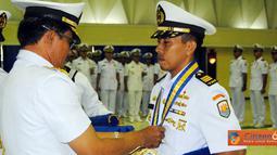 "Citizen6, Surabaya: Kapten Laut (P) Fitriyan Rupito dikukuhkan sebagai lulusan terabaik dan berhak mendapatkan medali "" Adi Jala Yudha. "" (Pengirim: Penkobangdikal)"