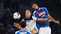 Pemain Atalanta Mario Pasalic melompat saat berebut bola dengan bek Napoli Nikola Maksimovic dalam laga pekan kesepuluh Liga Italia di Stadion San Paolo, Naples, Rabu (30/10/2019). Napoli dipaksa bermain imbang 2-2 oleh Atalanta. (Ciro Fusco/ANSA via AP)