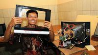 Kusrin, perakit televisi lulusan SD asal Karanganyar, Jawa Tengah, memamerkan hasil karyanya. (Liputan6.com/Reza Kuncoro)
