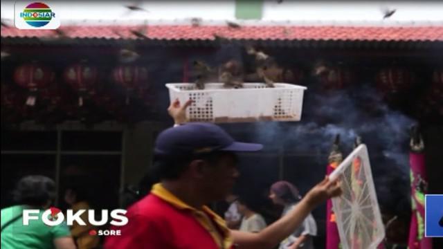 Jelang Tahun Baru Imlek, warga Tionghoa melakukan tradisi melepas burung pipit atau tradisi Fang Sheng.