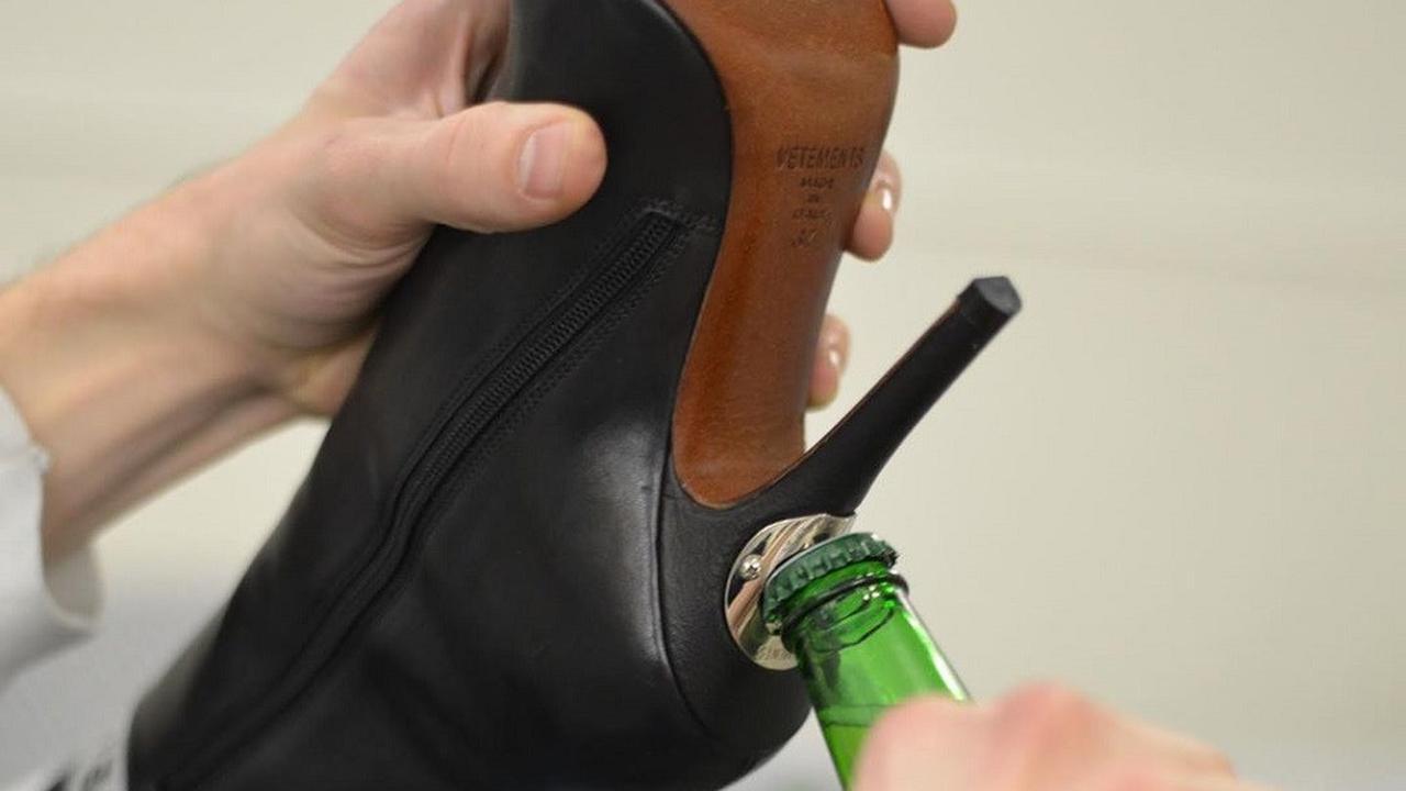 Sepatu Boots Ini Punya Pembuka Botol di Tumitnya, Berapa Harganya?