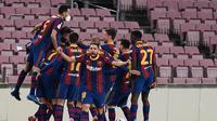 Pemain Barcelona merayakan gol kedua mereka ke gawang Sevilla yang dicetak Gerard Pique pada masa injury time laga leg kedua semifinal Copa Del Rey yang berlangsung di Camp Nou, Kamis (4/3/2021). Barcelona menang 3-0 dan lolos ke final Copa Del Rey dengan agregat 3-2. (JOSEP LAGO / AFP)
