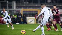 Striker Juventus, Cristiano Ronaldo, mencetak gol dari titik putih ke gawang Torino pada laga Serie A, di Stadion Olimpico, Turin, Sabtu (15/12/2018). (AFP/Marco Bertorello)