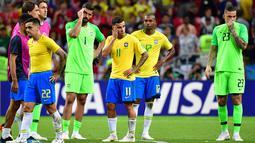 Para pemain Brasil bereaksi setelah kalah dari Belgia pada laga perempat final Piala Dunia 2018 di Stadion Kazan Arena, Jumat (6/7). Timnas Brasil terdepak dari Piala Dunia 2018 setelah takluk dari Belgia 1-2. (Luis Acosta/AFP)