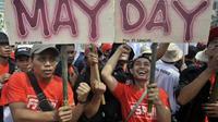 Massa dari gabungan organisasi buruh dan pekerja melakukan aksi memperingati Hari Buruh Internasional (May Day), di Bundaran Hotel Indonesia, Jakarta. (Antara)