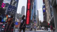 Orang-orang berjalan di Times Square, New York, Amerika Serikat, Minggu (9/8/2020). Menurut Center for Systems Science and Engineering (CSSE) di Universitas Johns Hopkins, jumlah kasus COVID-19 di Amerika Serikat melampaui angka 5 juta pada Minggu (9/8). (Xinhua/Wang Ying)