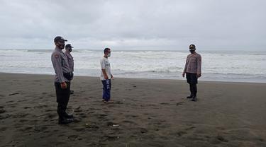 Pantai selatan Kebumen, Jawa Tengah usai dihantam gelombang tinggi. (Foto: Liputan6.com/Humas Polres Kebumen)