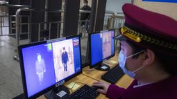 Seorang staf tengah menguji sistem pendeteksi termal untuk memeriksa suhu tubuh penumpang di area bawah tanah Stasiun Kereta Api Hankou di Wuhan, Provinsi Hubei, China tengah, pada 23 Maret 2020. Saat ini, Wuhan sedang bersiap memulihkan pengoperasian transportasi umum. (Xinhua/Xiao Yijiu)