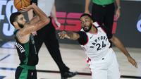 Joyson Tatum (kiri) dari Boston Celtics melepaskan tembakan. Norman Powell (kanan) mencoba mencegahnya. Boston Celtics meraih kemeanngan 112-94 pada semifinal Playoff NBA wilayah timur, Minggu (30/8/2020) waktu setempat. (AP Photo/Ashley Landis)