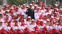 Presiden Jokowi (tengah) foto bersama dengan kontingen Indonesia ke SEA Games XXIX Malaysia di Kompleks Istana Kepresidenan, Jakarta, Senin (7/8). Indonesia mengirim kontingen berjumlah 870 orang dalam SEA Games XXIX. (Liputan6.com/Angga Yuniar)