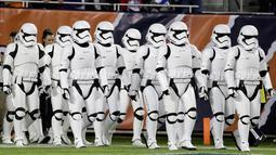 Pasukan Stormtroopers berjalan di lapangan saat istirahat pertandingan NFL antara Chicago Bears dan Minnesota Vikings di Chicago (9/10). Kedatangan karakter star wars ini untuk mempromosikan film Star Wars: The Last Jedi. (AP Photo/Charles Rex Arbogast)