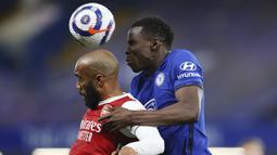 Bek Chelsea, Kurt Zouma (kanan) berduel udara dengan striker Arsenal, Alexandre Lacazette dalam laga lanjutan Liga Inggris 2020/2021 pekan ke-35 di Stamford Bridge, London, Rabu (12/5/2021). Chelsea kalah 0-1 dari Arsenal. (AP/Catherine Ivill/Pool)