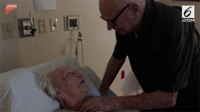 Sebelum ditinggal pergi selama-lamanya oleh sang istri, kakek ini menyanyikan lagu cinta mereka. Beberapa keluarga yang hadir pun menangis karena momen mengharukan ini.