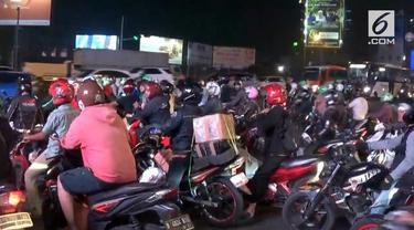 Meski hari raya Idul Fitri masih delapan hari lagi, namun sejumlah pemudik sepeda motor di jalan raya Kali Malang, kota Bekasi, Jawa Barat, pada kamis malam, mulai terlihat ramai.
