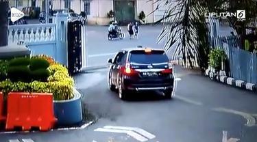 Kamera CCTV di Gereja Katedral Pontianak merekam aksi penjambretan yang dilakukan pengendara motor terhadap dua wanita yang merupakan jemaat gereja. Wanita dibuat jatuh hingga tak sadarkan diri.