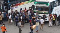 Calon pemudik menaiki bus yang diberangkatkan dari Terminal Kampung Rambutan, Jakarta, Jumat (8/6). Diperkirakan puncak arus mudik terjadi pada H-3 Lebaran. (Liputan6.com/Immanuel Antonius)